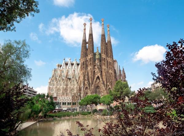 EDITORIAL-Sagrada-Familia-Temple-in-Barcelona-shutterstock_113358085