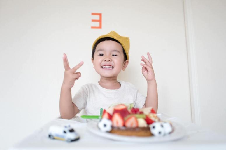 copil-care-mananca
